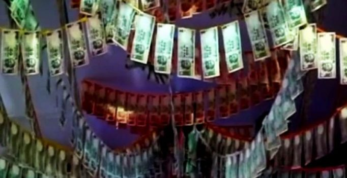 Video: Devotees offer Rs 11 Lakh in Indian currency notes at temple in Vadodara