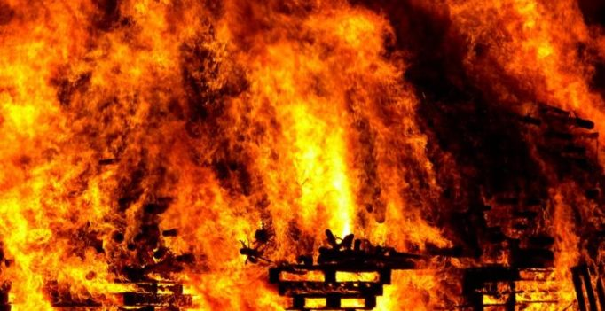 Fire breaks out at shopping mall in Dhaka