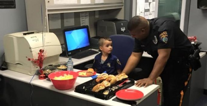 5-year-old uses saved up pocket money to by lunch for police