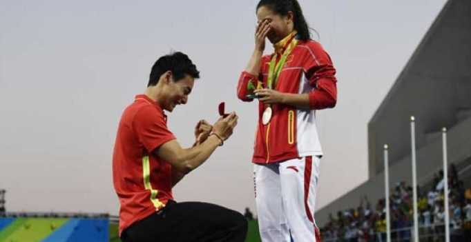 Video: Chinese diver gets marriage proposal after taking silver medal at Rio
