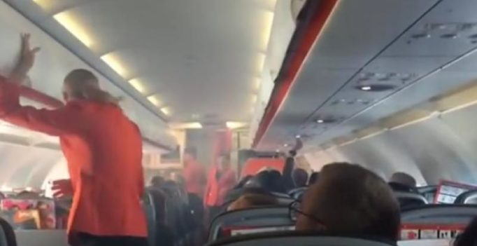 Video: Pilot shuts down engine as smoke fills cabin of Jetstar flight