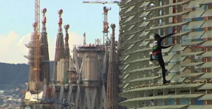 Video: French 'Spiderman' climbs Barcelona sky scraper sans harness