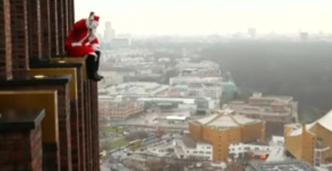 Video: This Santa climbed down a skyscraper to distribute gifts