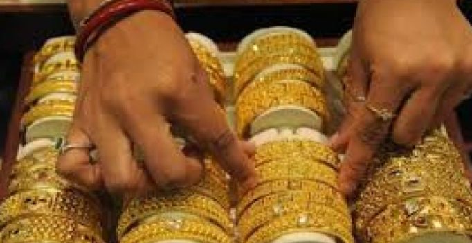 Gold prices fall by Rs 162 in futures trade on global cues
