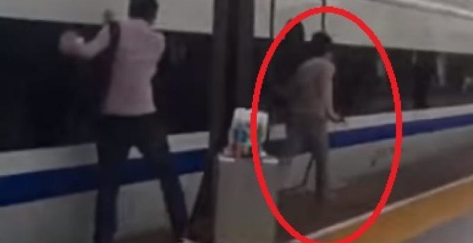 Video: Commuter runs along with train after finger gets stuck in train door